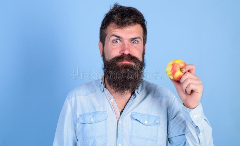 Las manzanas de amor sirvo al inconformista hermoso con la barba larga que come la manzana Las mordeduras hambrientas del inconfo imágenes de archivo libres de regalías