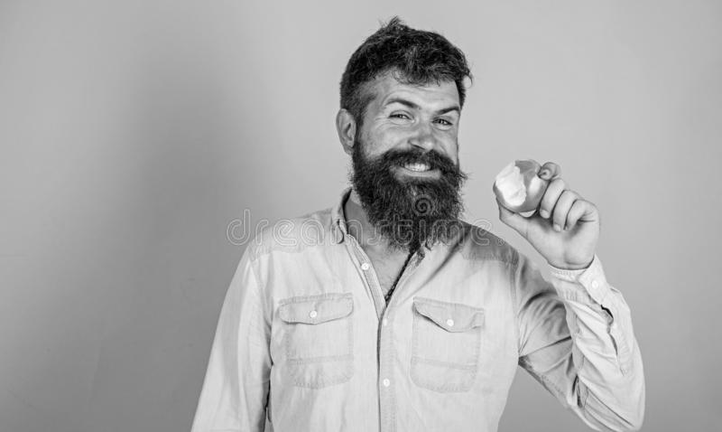 Las manzanas de amor sirvo al inconformista hermoso con la barba larga que come la manzana Las mordeduras hambrientas del inconfo imagen de archivo libre de regalías