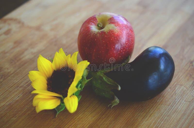Las manzanas, la berenjena, y el girasol escogidos frescos tiraron en Puerto Rico Cosecha de agricultura, fresca biológica de la  foto de archivo