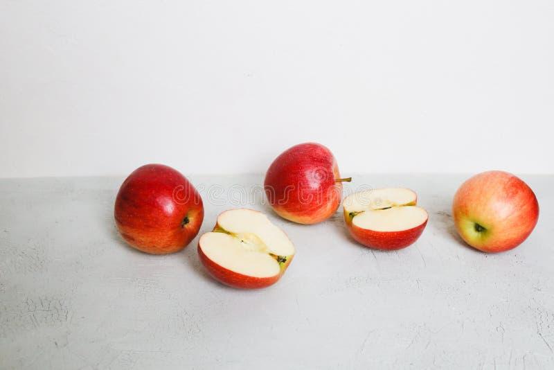 Las manzanas rojas en un fondo imagen de archivo
