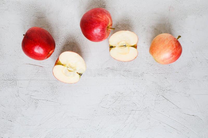 Las manzanas rojas en un fondo fotos de archivo
