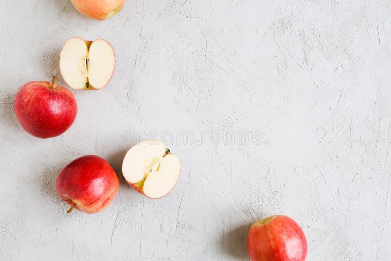Las manzanas rojas en un fondo imagen de archivo libre de regalías