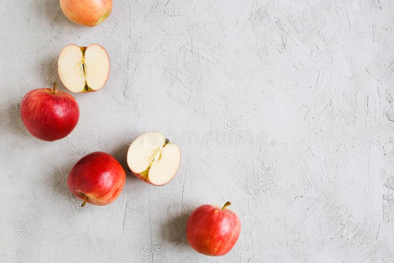 Las manzanas rojas en un fondo fotografía de archivo libre de regalías