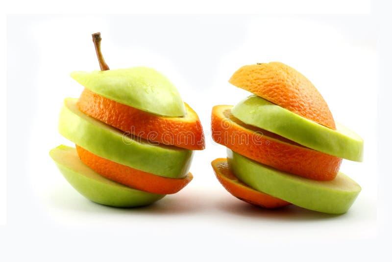 Las manzanas y la naranja rebanadas imagen de archivo libre de regalías