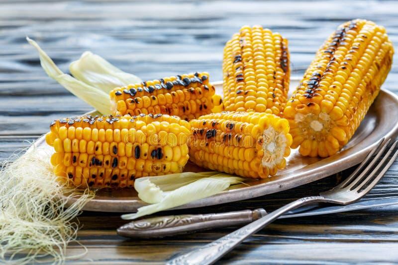 Las mazorcas del maíz dulce asaron en la parrilla fotografía de archivo libre de regalías