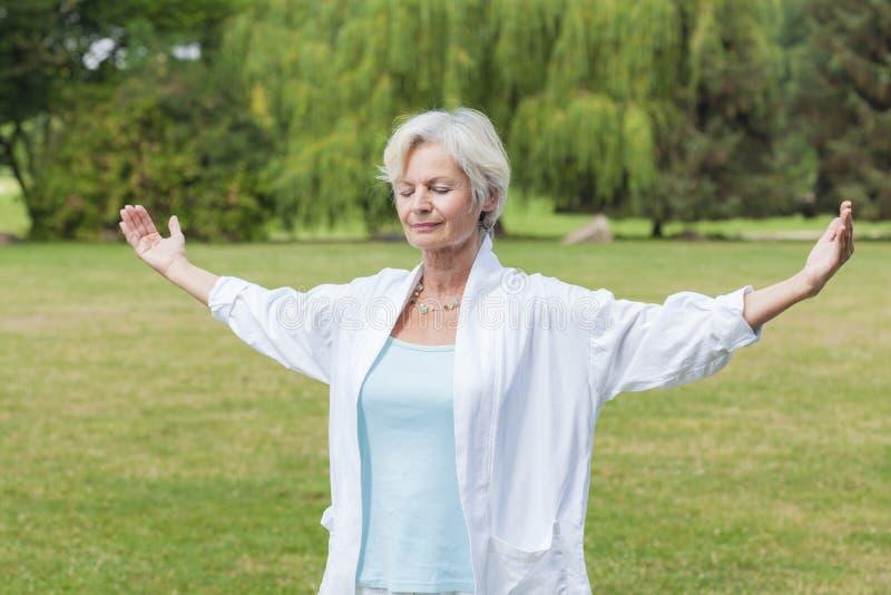 Las mejores mujeres del ager que practican ji del tai de la hormiga de la yoga foto de archivo