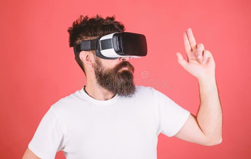 Las mejores pistolas para VR La primera pistola de la persona muestra cómo VR adictivo podría ser Gesto de mano del hombre como j foto de archivo libre de regalías