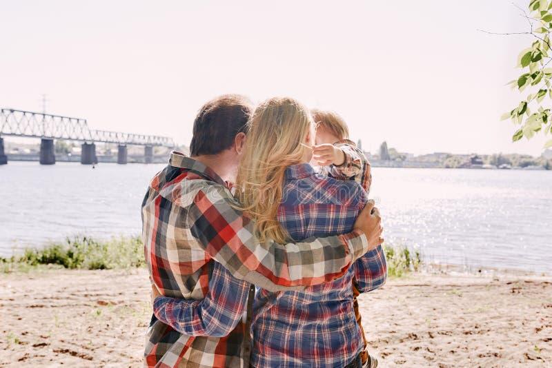 Las memorias que hacemos con nuestra familia somos todo Familia feliz que abraza en un parque El verano, se relaja, unidad de la  imagen de archivo