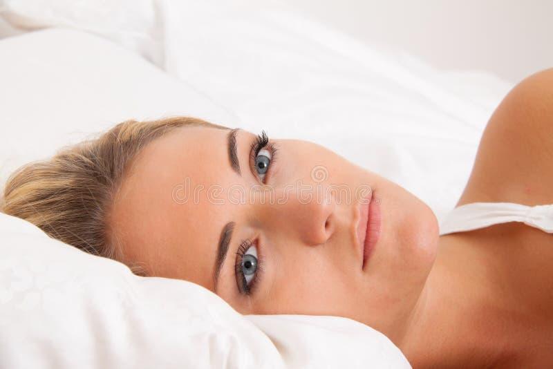 Las mentiras de la mujer se despiertan en cama. Insomne y pensativo. imagen de archivo libre de regalías