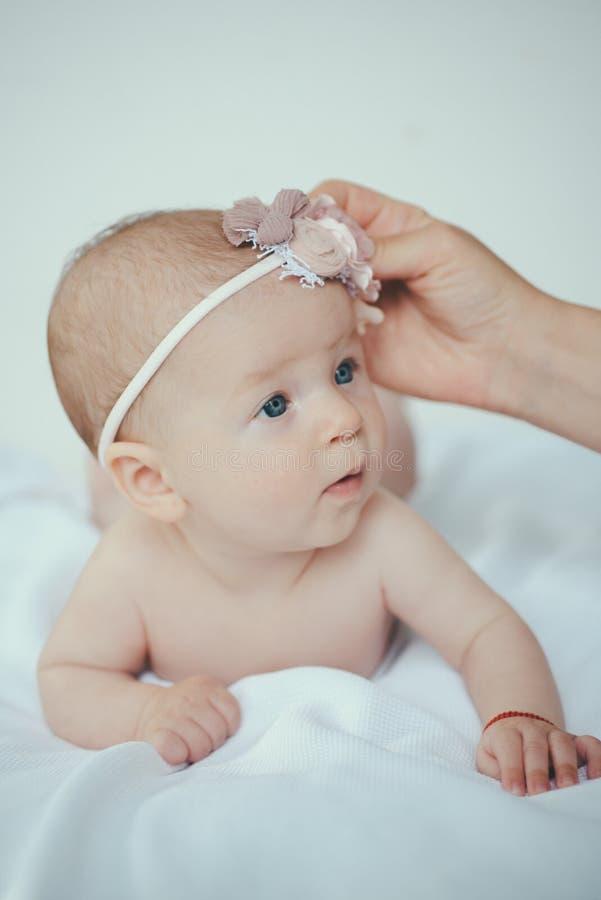 Las mercancías del bebé hacen compras para el bebé recién nacido feliz Tienda del bebé para recién nacido Amor y cuidado para el  fotos de archivo