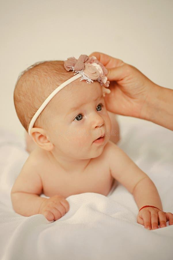 Las mercancías del bebé hacen compras para el bebé recién nacido feliz Tienda del bebé para recién nacido Amor y cuidado para el  fotografía de archivo