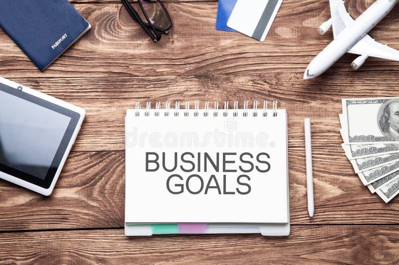 Las metas de negocio mandan un SMS en la libreta Concepto del asunto foto de archivo