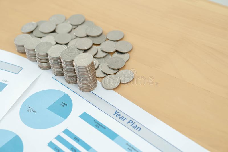 Las monedas, ahorros, carta analizan foto de archivo libre de regalías