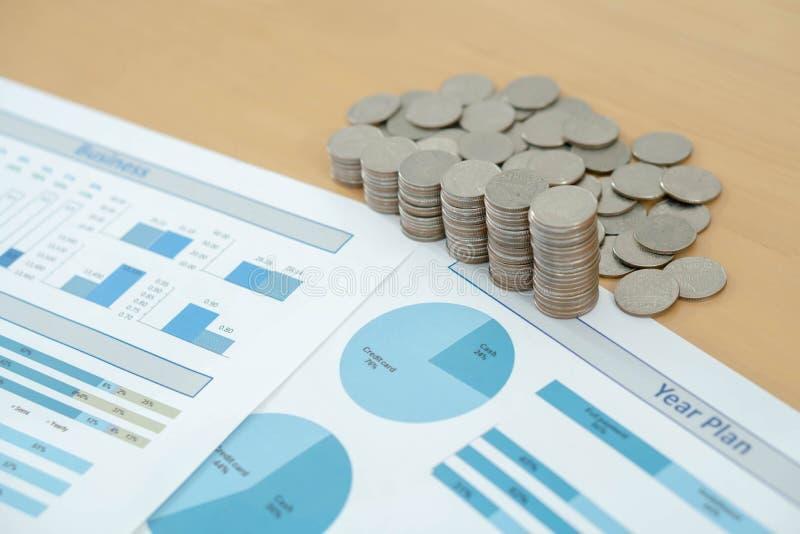 Las monedas, ahorros, carta analizan imagen de archivo libre de regalías