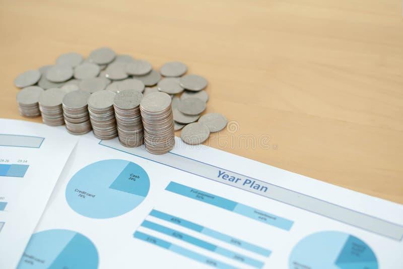 Las monedas, ahorros, carta analizan fotografía de archivo