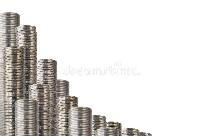 Las monedas apilan inclinado fotografía de archivo