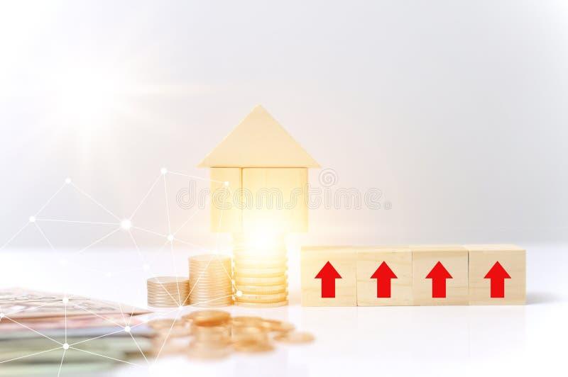 Las monedas de la pila, los bloques de madera contienen la flecha roja crecen el gráfico del efecto luminoso para Internet de la  imagen de archivo