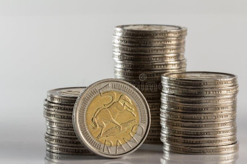 Las monedas de plata llenaron vista lateral y valor de la moneda imágenes de archivo libres de regalías