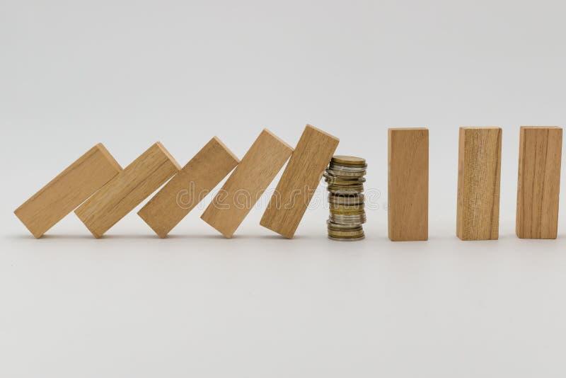 Las monedas del dinero bloquean y paran el efecto de dominó imagen de archivo libre de regalías