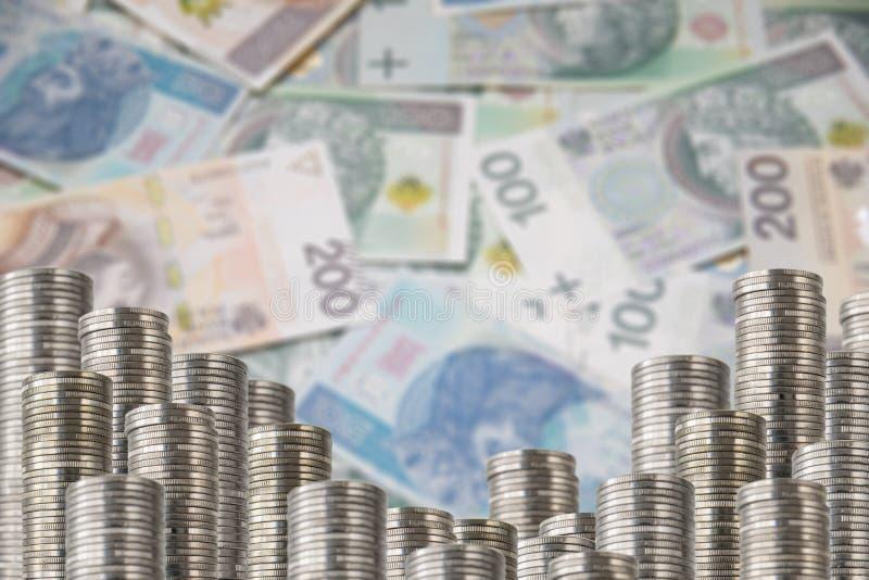 Las monedas en filas bajan el dinero de la decoración imagenes de archivo