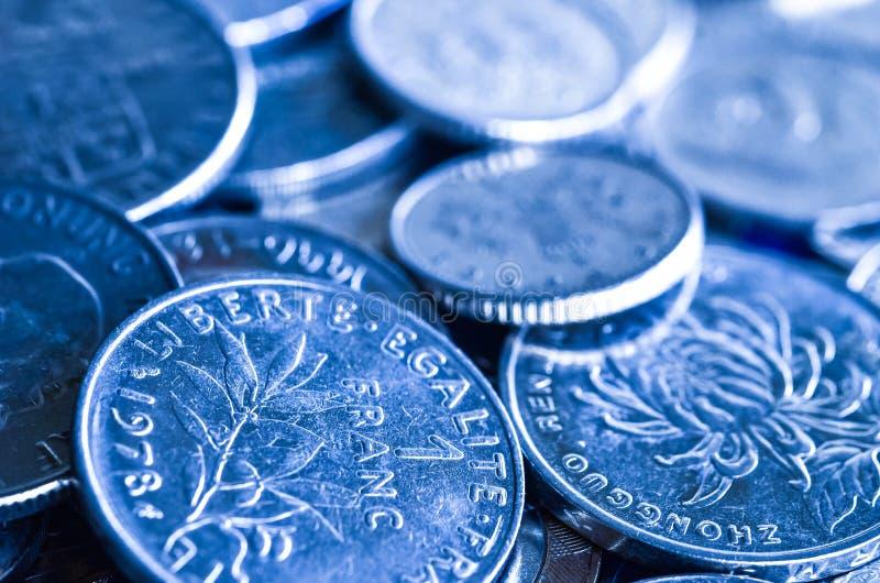 Las monedas hacen tono azul fotografía de archivo
