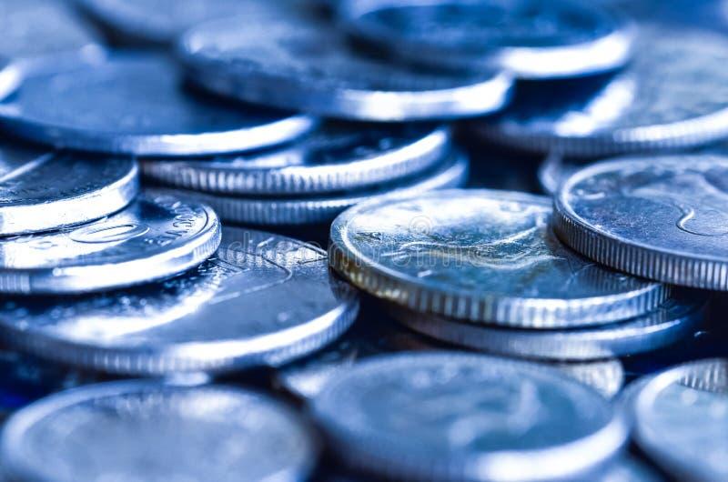 Las monedas hacen tono azul imagen de archivo