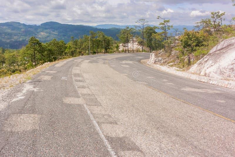 Las montañas ajardinan y el camino cerca de Yamaranguila en Honduras imagen de archivo libre de regalías