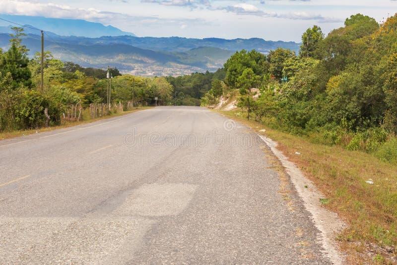 Las montañas ajardinan y el camino cerca de Yamaranguila en Honduras fotografía de archivo