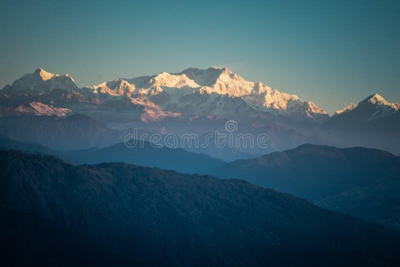 Las montañas alcanzan su punto máximo en Darjeeling, India imágenes de archivo libres de regalías