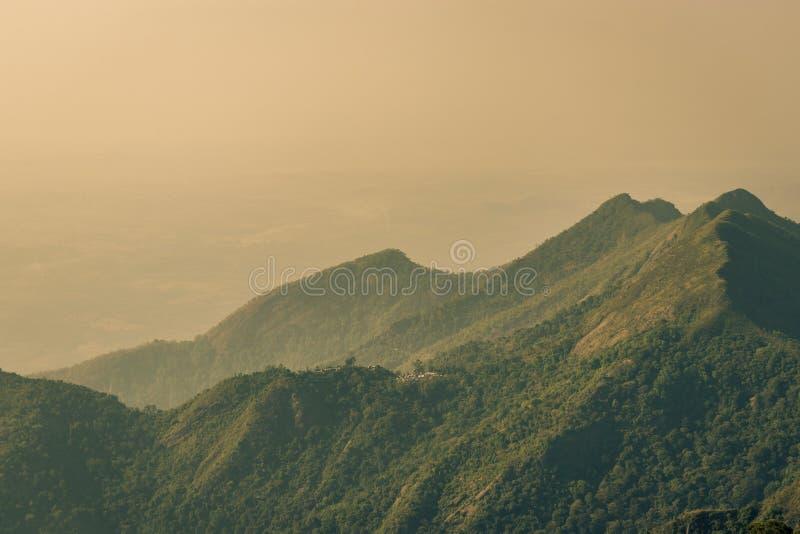 Las montañas amanecen opinión de la salida del sol foto de archivo