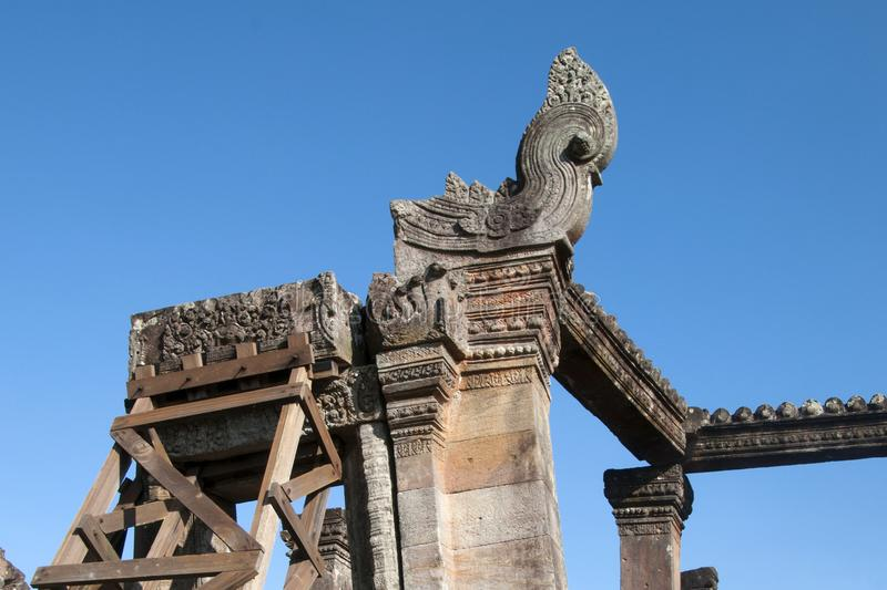 Las montañas Camboya de Dangrek, tallaron características en Gopura V la puerta camboyana de la entrada al templo del siglo XI de fotos de archivo libres de regalías
