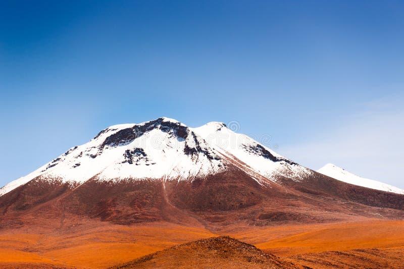 Las montañas con nieve enarbolan en el Altiplano, Bolivia fotografía de archivo libre de regalías