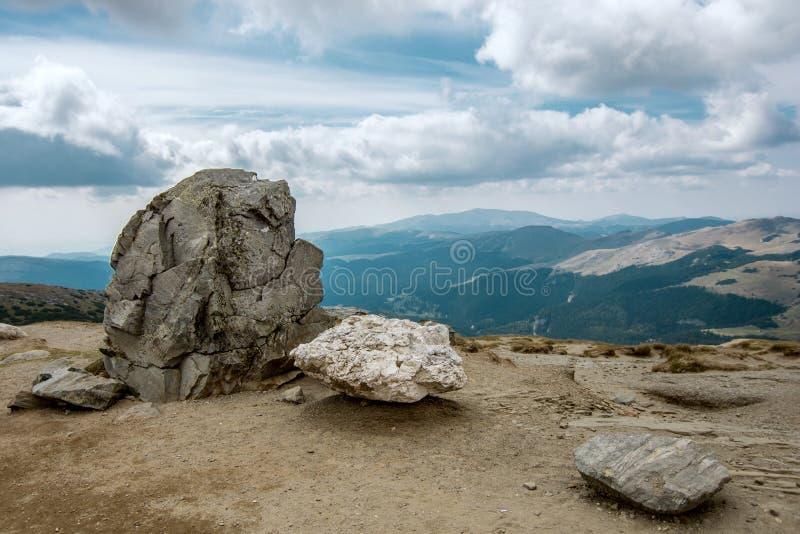 Las montañas de Bucegi, Rumania Atracción cárpata hermosa para los turistas imagen de archivo
