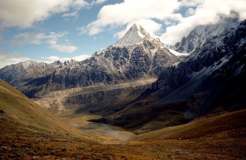 Las montañas de la nieve foto de archivo libre de regalías
