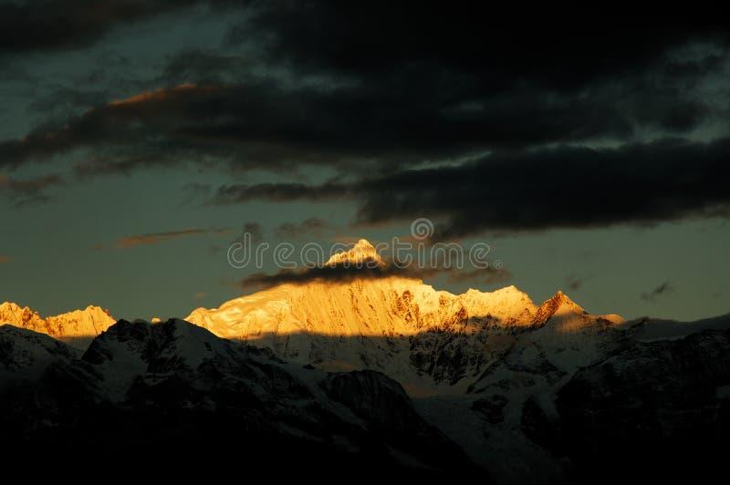 Las montañas de la nieve imagen de archivo libre de regalías