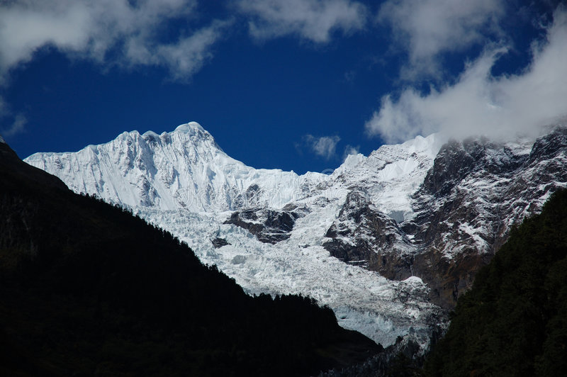 Las montañas de la nieve foto de archivo