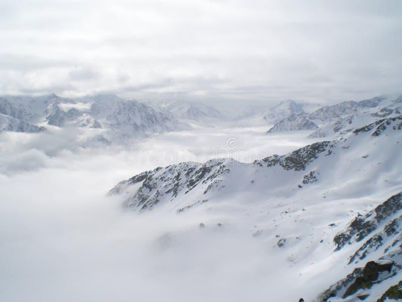 Las montañas de la nieve en Austria soelden paisaje del esquí del invierno foto de archivo libre de regalías