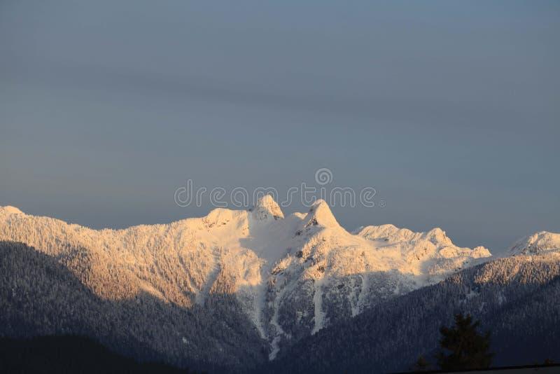 Las montañas de los leones en Vancouver, A.C. imagen de archivo libre de regalías