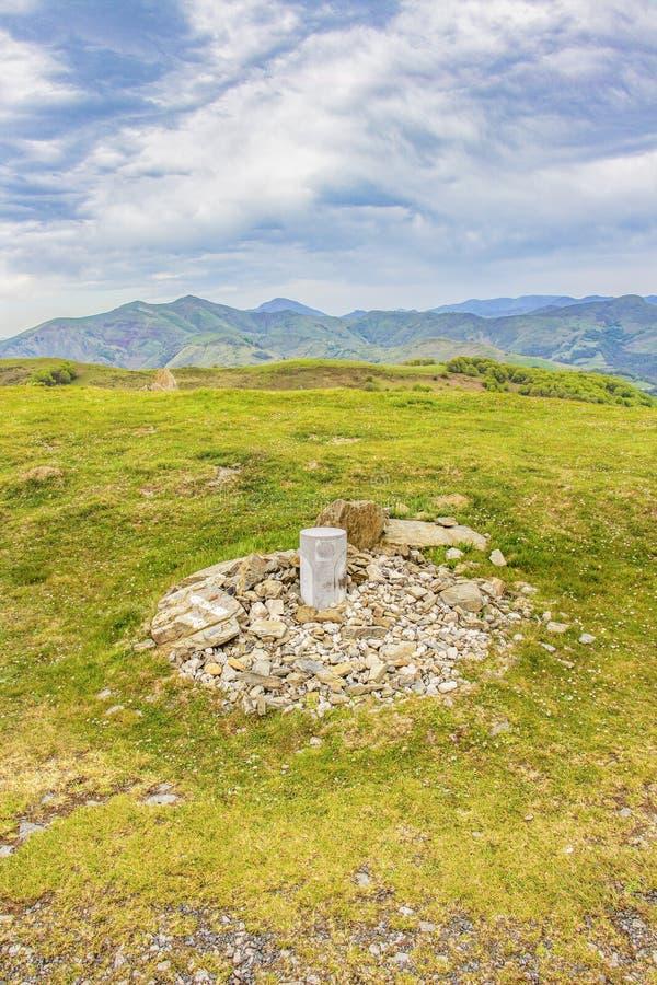Las montañas de los Pirineos del francés nublan la visión con un marcador del St James Way fotografía de archivo libre de regalías