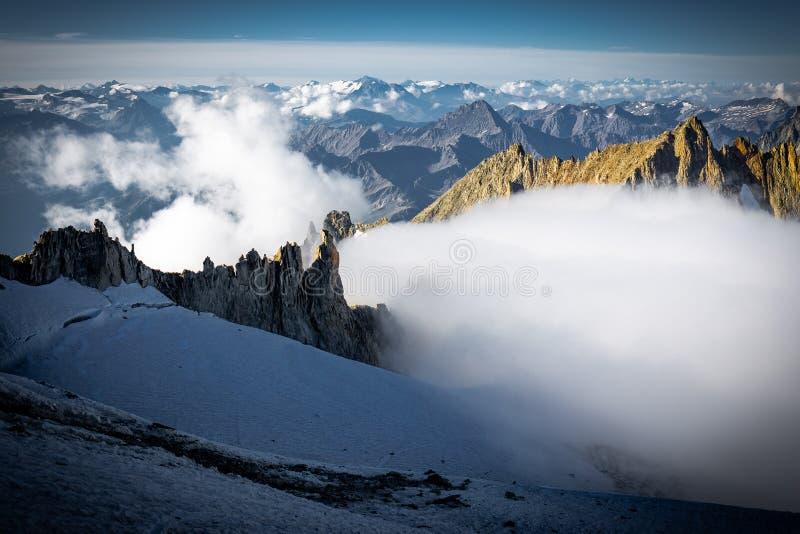 Las montañas de las montañas se extienden paisaje del glaciar de las cumbres, macizo de Mont Blanc fotos de archivo
