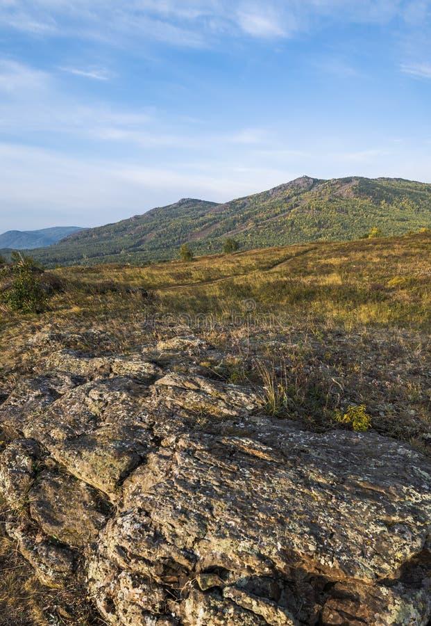 Las montañas de Ural en la caída temprana foto de archivo
