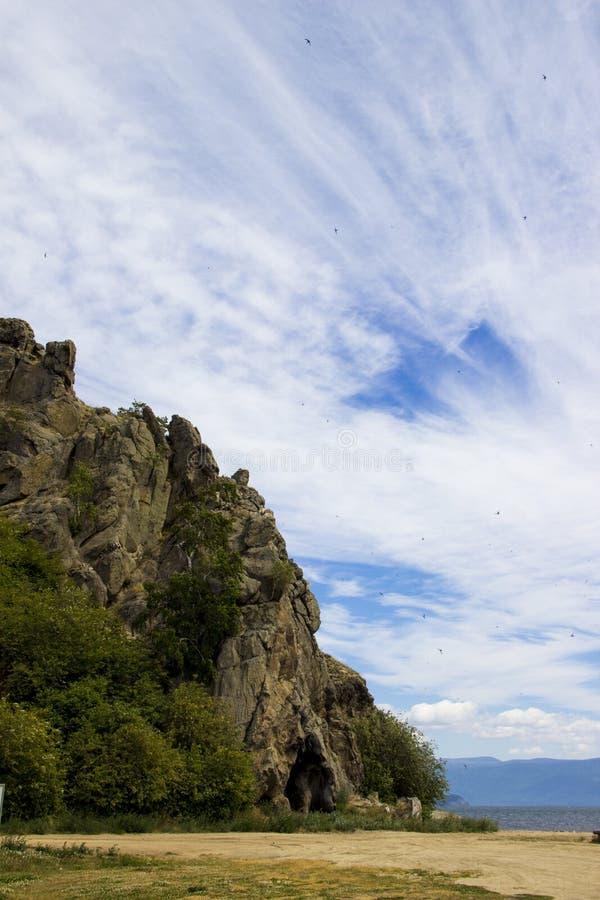 Las montañas debajo del cielo fotografía de archivo libre de regalías