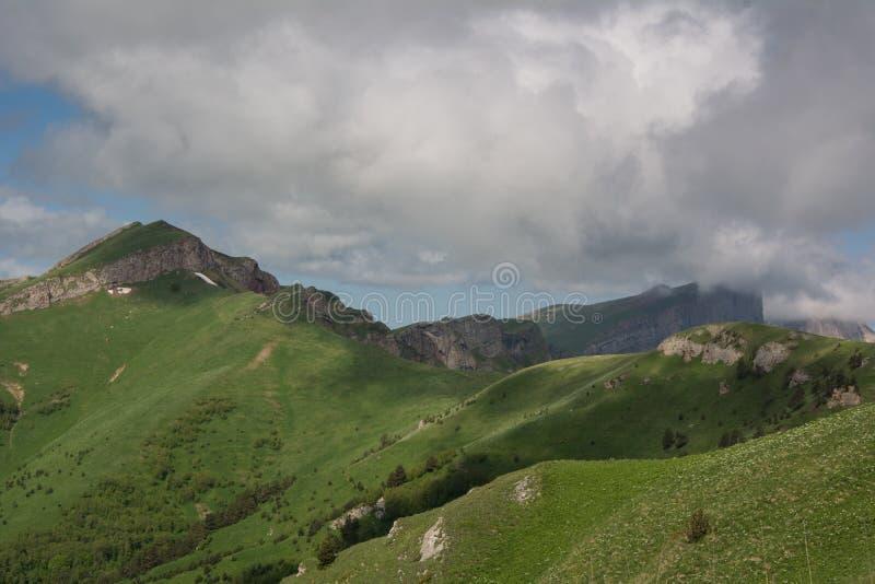 Las montañas del Cáucaso [a] son un sistema de montaña en Asia del oeste entre el Mar Negro y el mar Caspio en la región del Cáuc fotos de archivo libres de regalías
