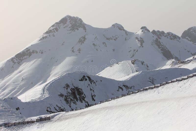 Las montañas en Krasnaya Polyana, Sochi, Rusia imagenes de archivo