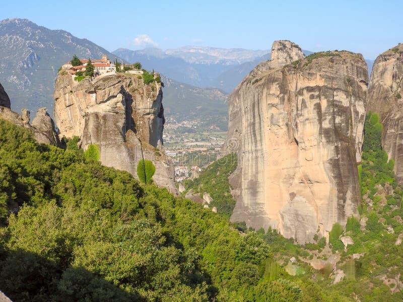 Las montañas en la distancia boardered cerca a la formación de roca enorme imagen de archivo libre de regalías
