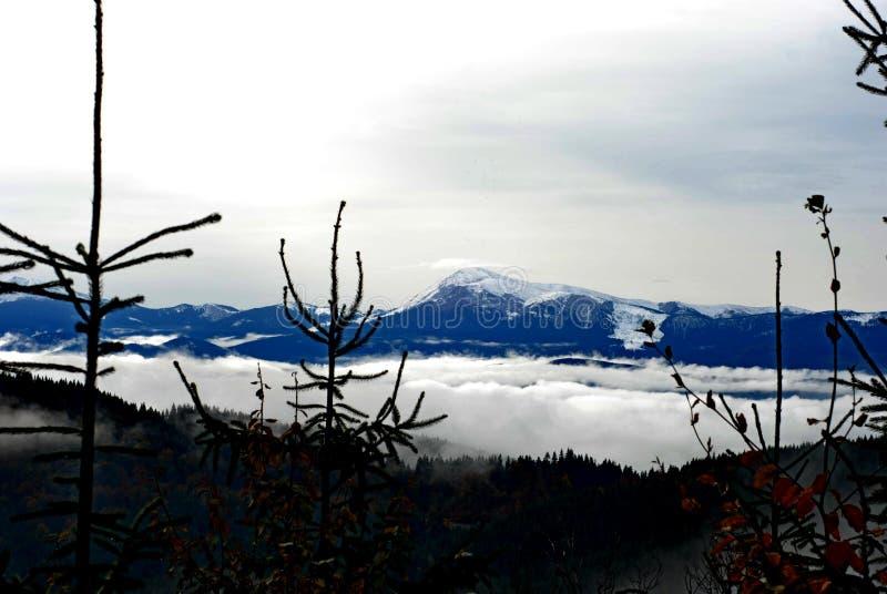 Las montañas en la nieve fotos de archivo libres de regalías