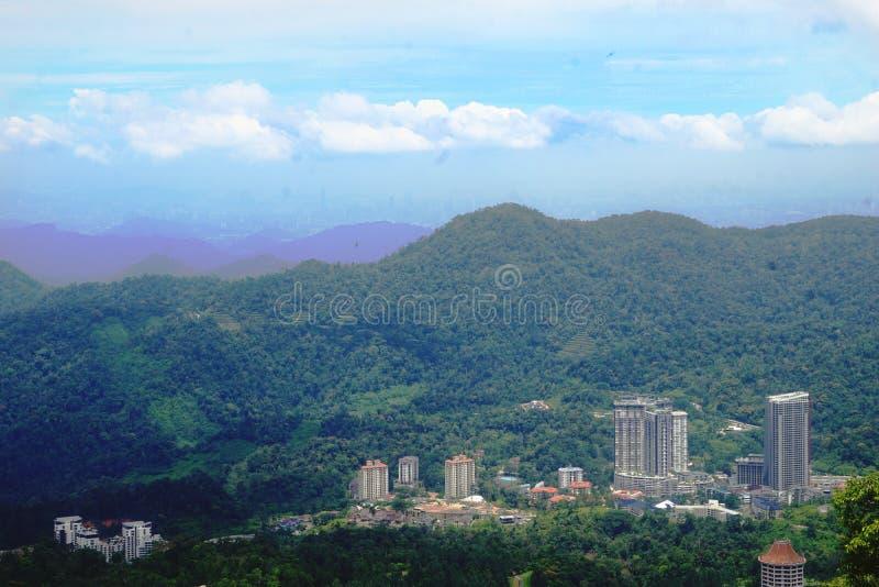 Las montañas hermosas ajardinan escena de la visión en el morning_1 imagen de archivo