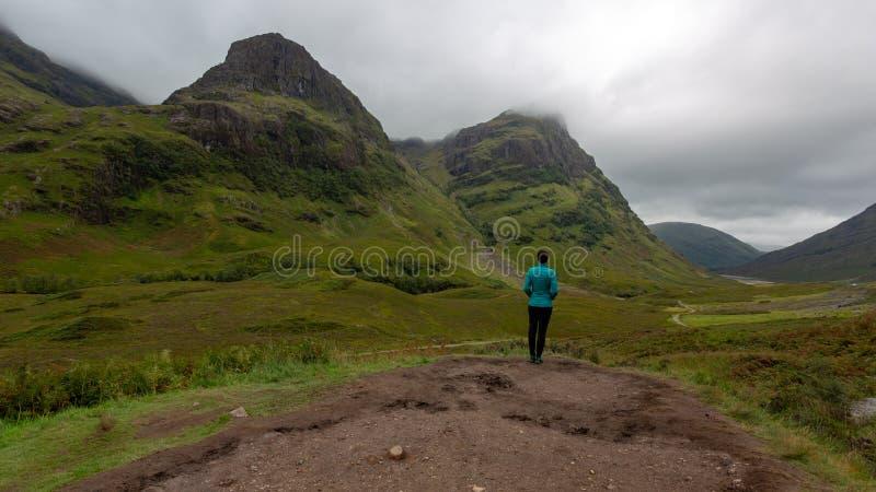 Las montañas hermosas en Escocia debajo de un cielo nublado fotografía de archivo