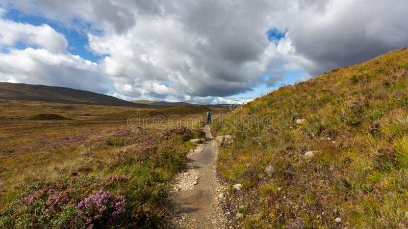 Las montañas hermosas en Escocia debajo de un cielo nublado imagenes de archivo