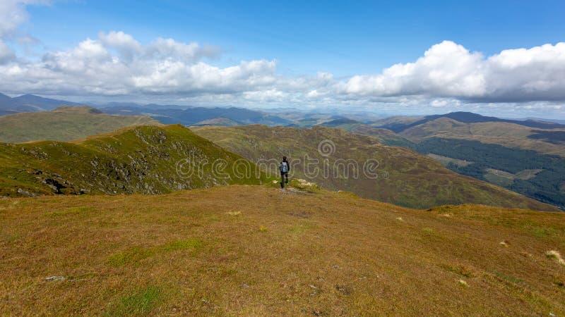 Las montañas hermosas en Escocia debajo de un cielo nublado imagen de archivo libre de regalías